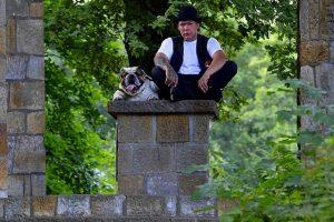 imagen de un bulldog ingles posando con su mejor amigo en el campo